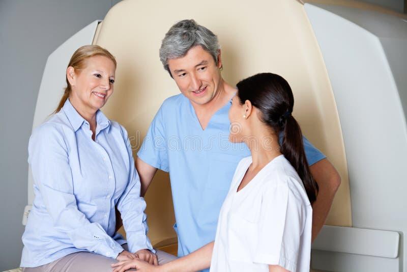 Techniciens avec le patient féminin mûr photo stock