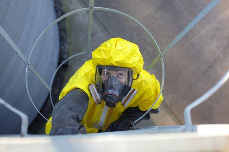 technicus in beschermende eenvormig uitgaand een metaalladder stock foto's