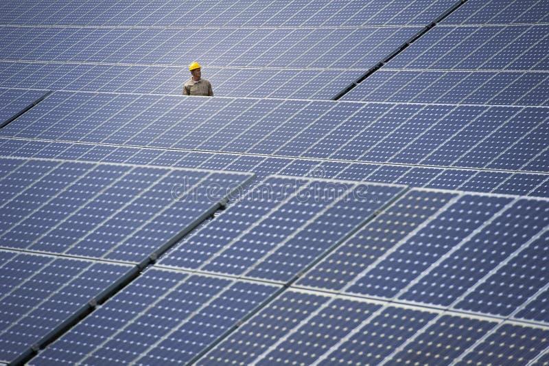 Technicus bij zonnekrachtcentrale royalty-vrije stock foto