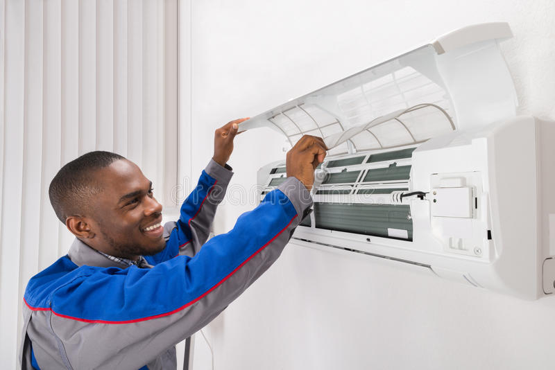 Technicus Checking Air Conditioner stock fotografie