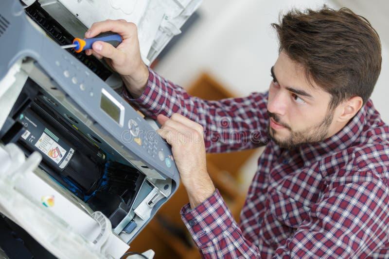 Technicus die aan printer werken royalty-vrije stock foto's