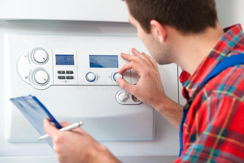 Technicus die het verwarmen boiler onderhouden royalty-vrije stock fotografie