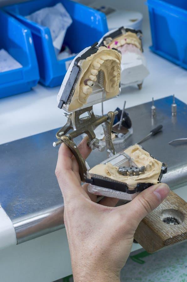 Technicus die met gewricht in metaalstructuur werken, kroon of royalty-vrije stock afbeelding