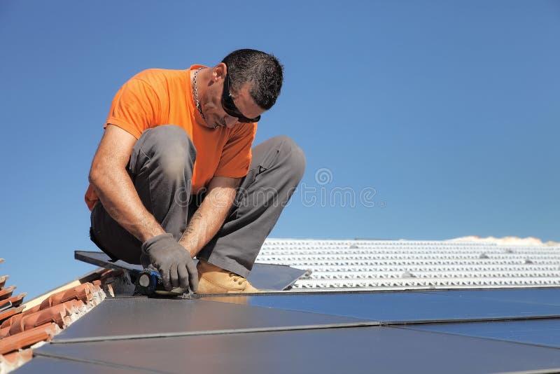 Technicus die zonnepanelen installeren stock foto
