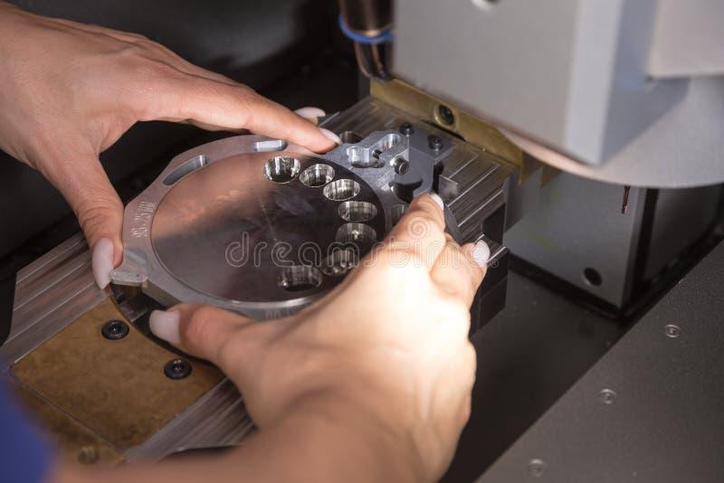 Technicus in een tandlaboratorium die bij een boring of malenmachine werken stock afbeeldingen