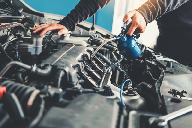 Technicus Hands die van autowerktuigkundige in de autoreparatiedienst en Onderhoudsauto werken stock afbeeldingen