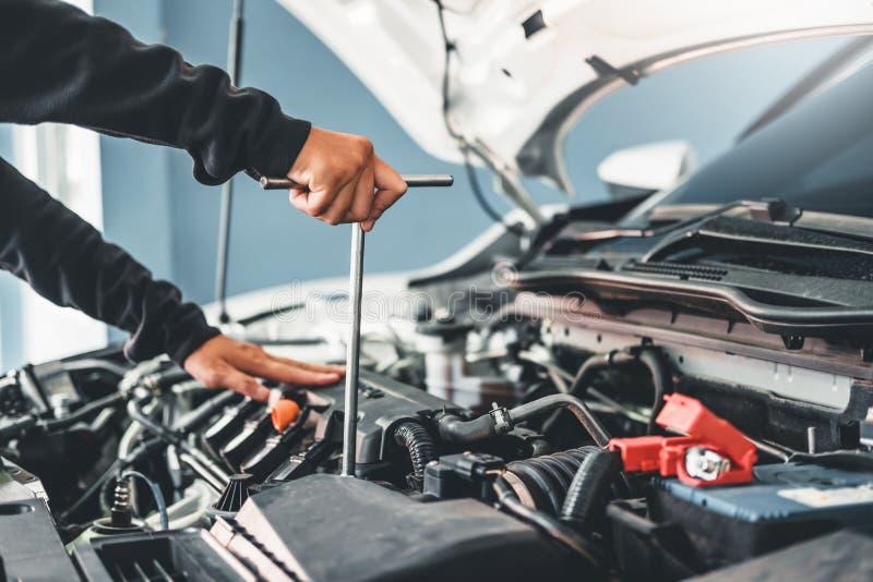 Technicus Hands die van autowerktuigkundige in de autoreparatiedienst en Onderhoudsauto werken royalty-vrije stock foto