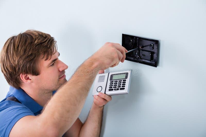 Technicus Installing Security System die Schroevedraaier gebruiken stock fotografie