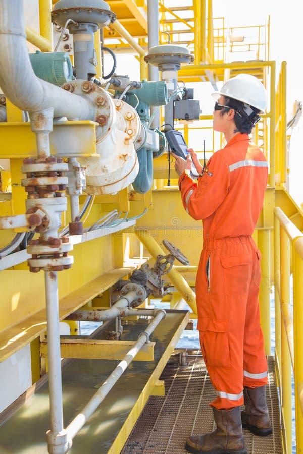 Technicus op het gebied van elektriciteit en werktuigen, die gas- en condensatestroom (Coriolis) kalibreert met behulp van een ha royalty-vrije stock afbeeldingen