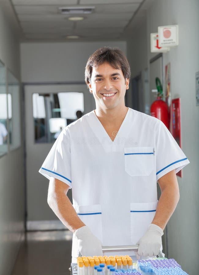 Technicus Pushing Medical Cart in het Ziekenhuis royalty-vrije stock afbeelding