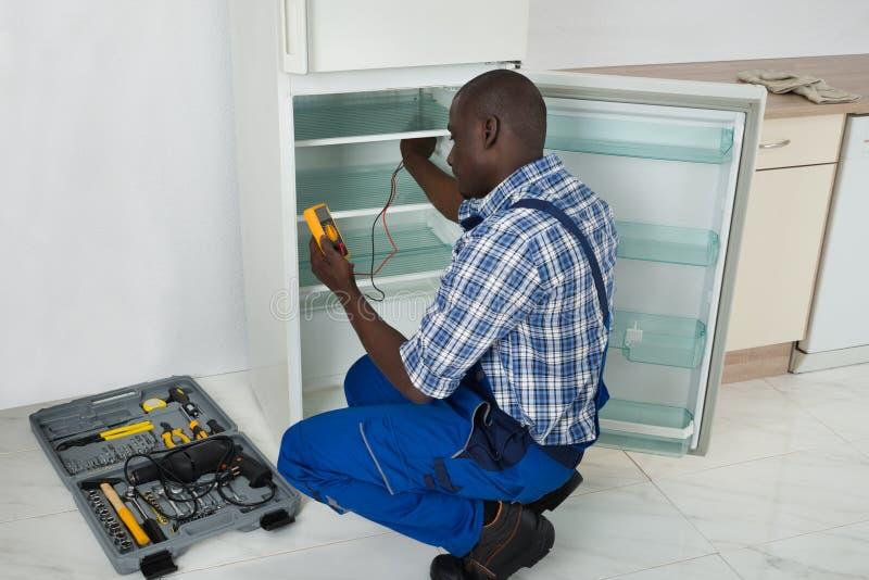 Technicus Repairing Refrigerator Appliance stock foto