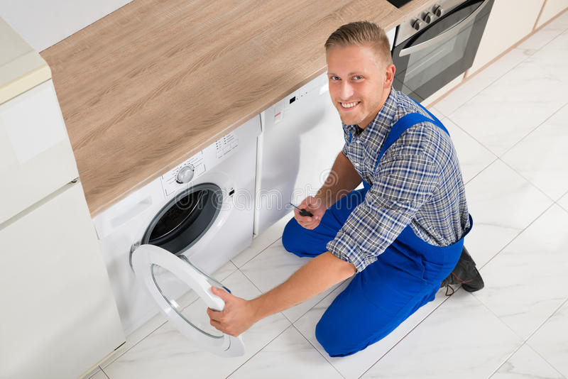 Technicus Repairing Washing Machine royalty-vrije stock foto