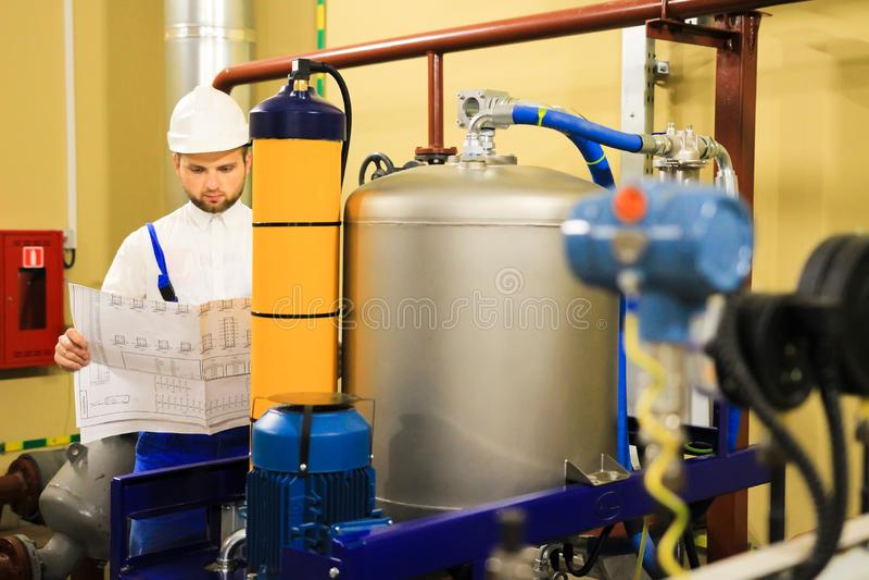 Technicusingenieur met blauwdruk stock foto's