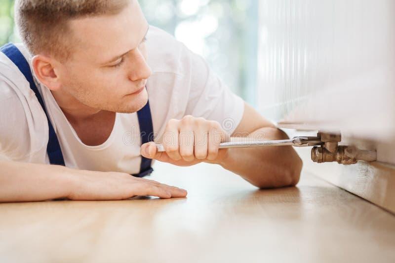Technicusspecialist die radiatorfout herstellen stock foto's