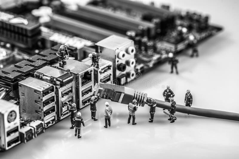 Technicy łączy sieci cat5 kabel płyta główna obrazy stock