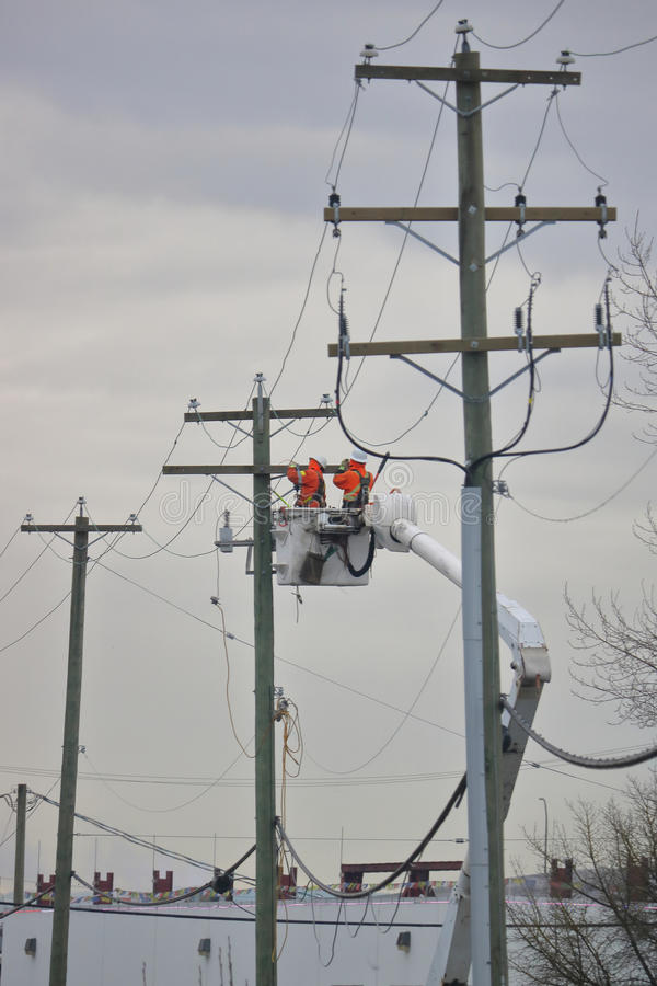 Technicy Pracuje na miasto Elektrycznej siatce obrazy stock