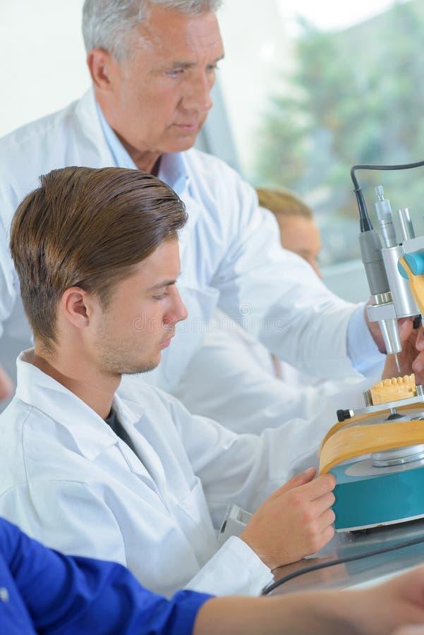 Technicy pracuje w stomatologicznym laboratorium zdjęcie royalty free