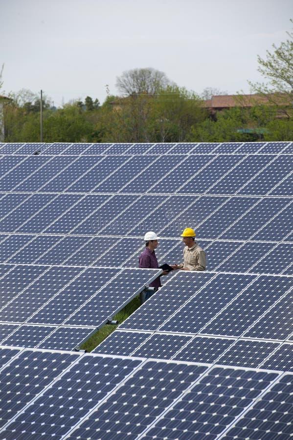 Technicy przy Energii Słonecznej Stacją zdjęcie royalty free