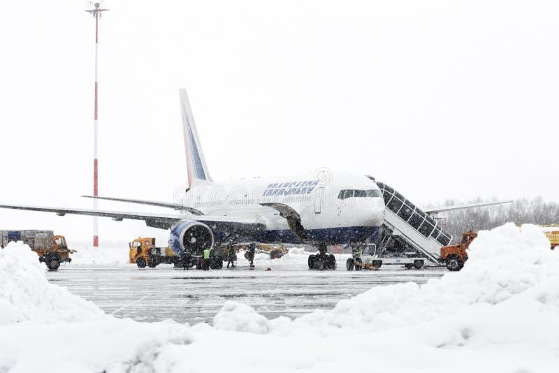 Technicznego i usługowego poparcia lotniska utrzymanie Boeing-767 przy lotniskowym petropavlovsk (Yelizovo lotnisko) obrazy royalty free