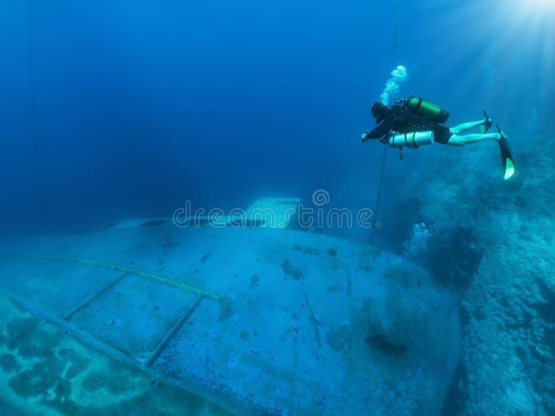 Techniczny akwalungu nurek bada zapadniętego wrak fotografia stock