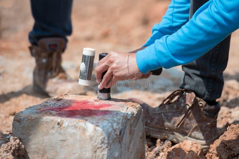 Techniek seismische test aangaande een concrete stapel in bouwwerf royalty-vrije stock afbeeldingen