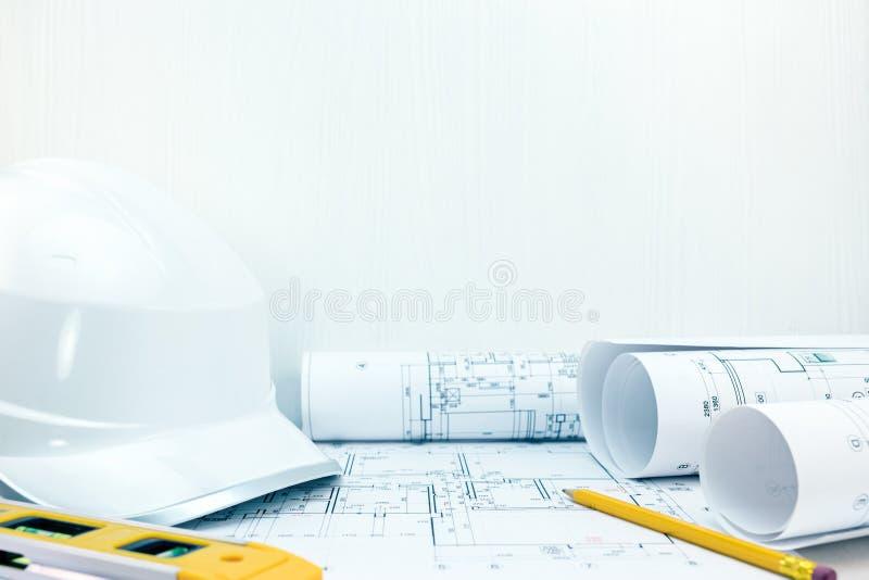 Techniekhulpmiddelen, blauwdrukbroodjes en architecturale plannen op Ta stock foto