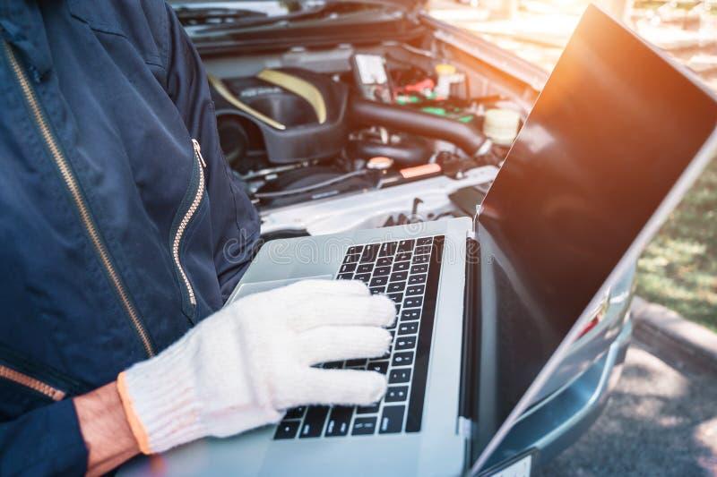 Techniekinterface tegen mechanische veranderende motor van een auto royalty-vrije stock afbeelding