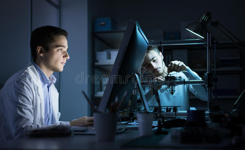 Techniekteam die in het laboratorium werken stock foto
