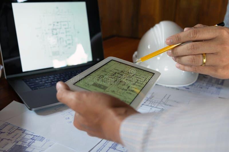 Technik, beraten, Entwurf, Bau, mit Kollegen, Planentwurf, Details, industrieller Zeichnung und vielen Ziehwerkzeugen stockfotos
