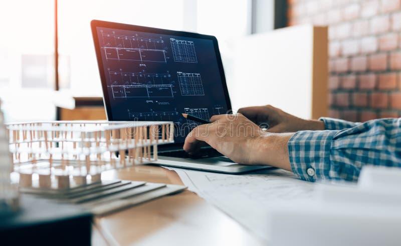Technik des Mannes unter Verwendung des Laptops und Sitzen in modernem Büro workin stockbilder