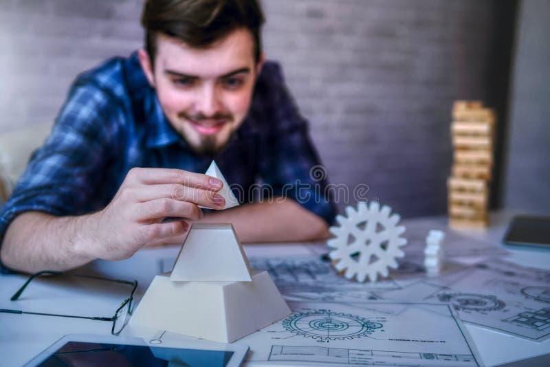 Technik die Hand des Mannes, die mit den Komponenten und dem Plan des Druckers 3D für das Entwerfen von mechanischen Teilen arbei stockfotografie