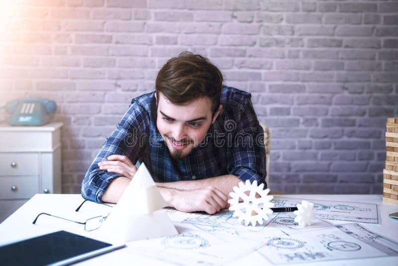 Technik die Hand des Mannes, die mit den Komponenten und dem Plan des Druckers 3D für das Entwerfen von mechanischen Teilen arbei lizenzfreie stockbilder