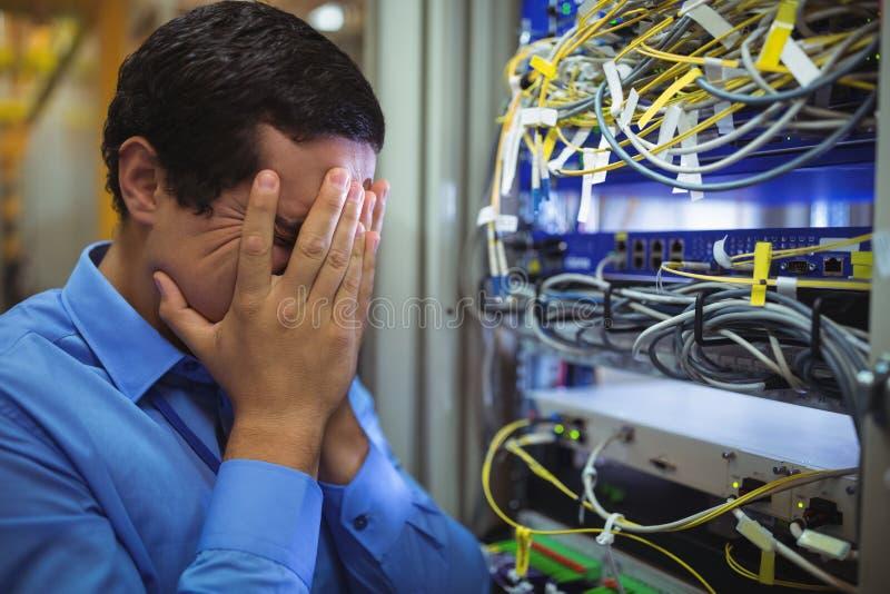 Technik dostaje stresujący się nad serweru utrzymaniem zdjęcie royalty free