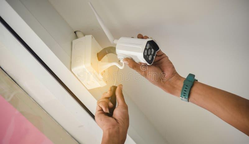 Technik instaluje bezprzewodową CCTV kamerę obok instalował w i fotografia royalty free