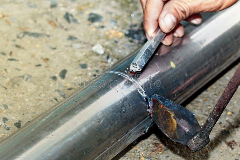 Technik jest spawalniczym aluminium drymbą używać lutowniczego groszaka obraz royalty free