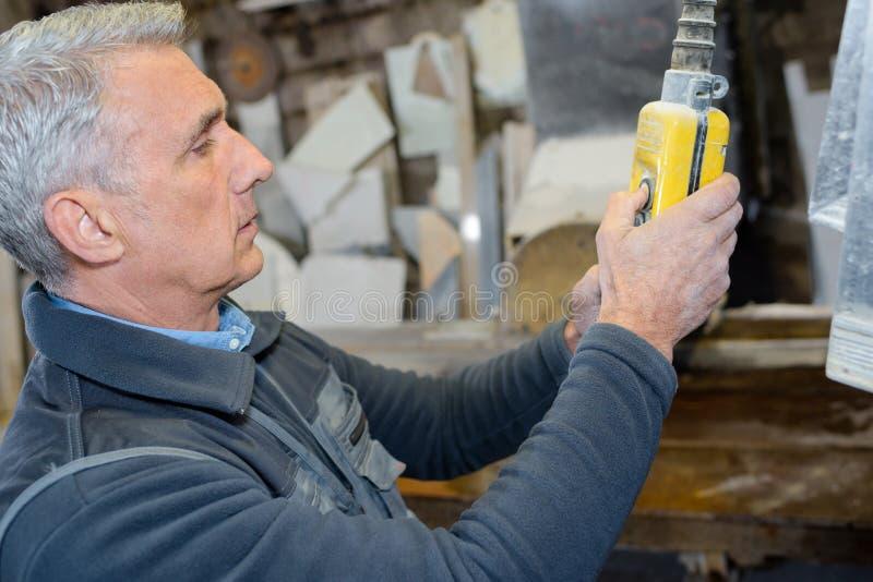 Technik kalibruje maszynę w fabryce zdjęcie royalty free