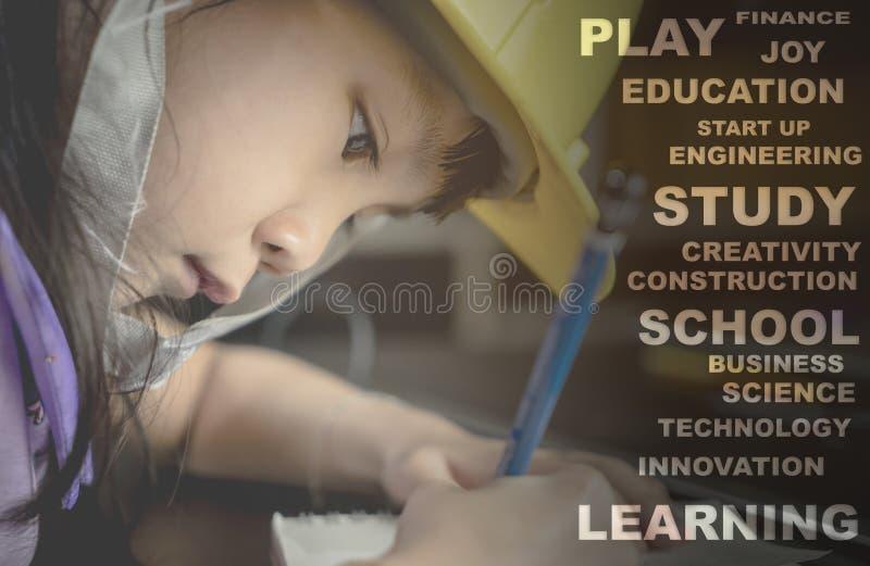 Technik-Kind, das mit Bildungstext studiert lizenzfreie stockfotos