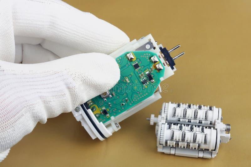 Technik naprawa używać epilator- electro machinalny przyrząd z baterią i silnikiem obraz stock