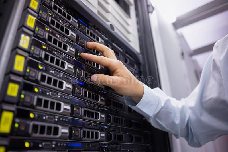 Technik pracuje na serweru wierza obraz stock