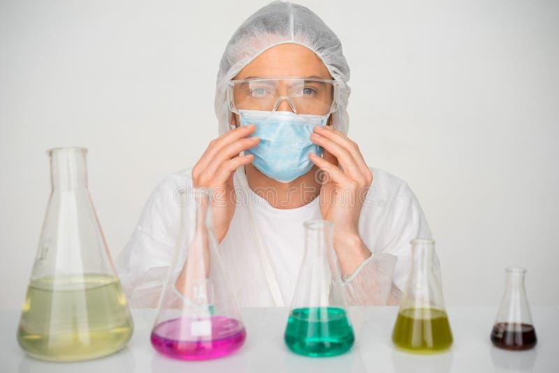 Technik pracuje w chemii laboratorium zdjęcie royalty free