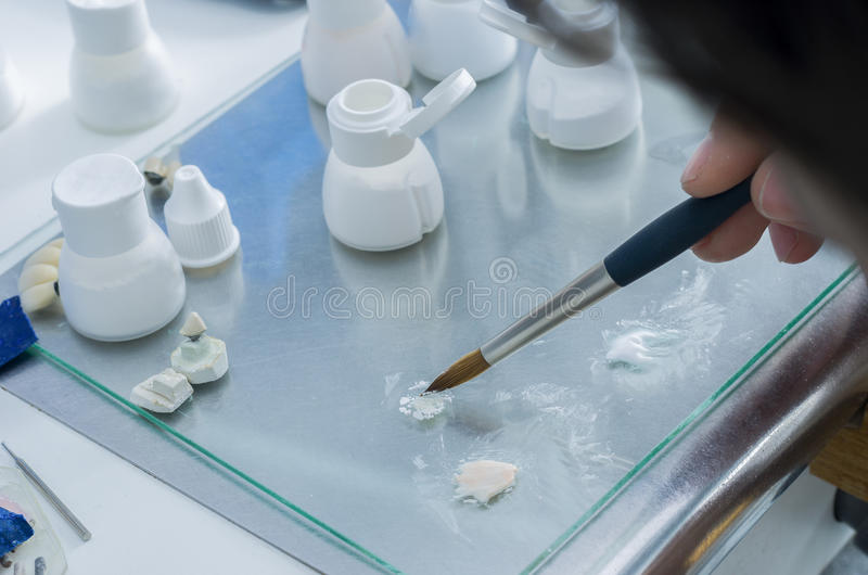Technik stawia ceramicznego materiał w proszku w szkle zdjęcia royalty free