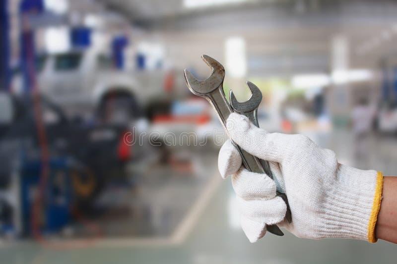 Technik trzyma wyrwanie z samochodowym remontowym usługowym centre fotografia stock