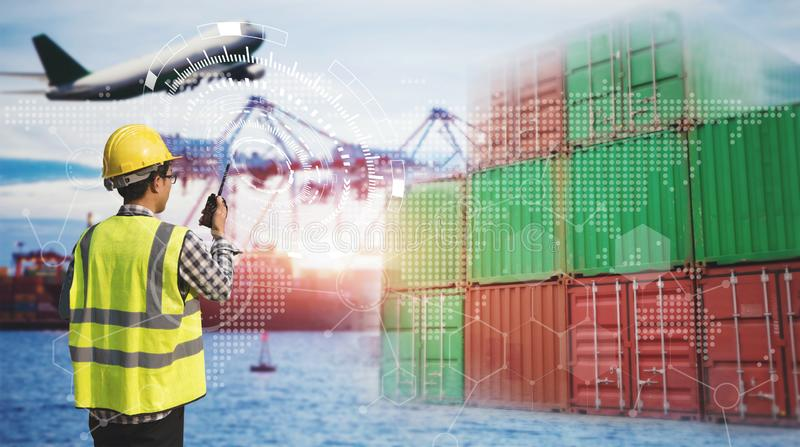 Technik von Mannsteuerlogistik und von Transportkonzept, Behälter-Frachtfrachtschiff mit Arbeitskranbrücke in der Werft an lizenzfreie stockbilder