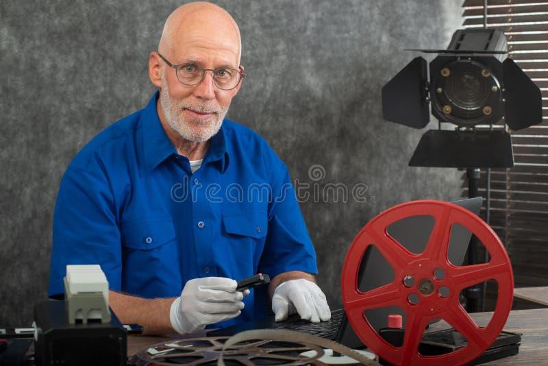 Technik z białymi rękawiczkami digitizing starego film 16mm i DV fotografia stock