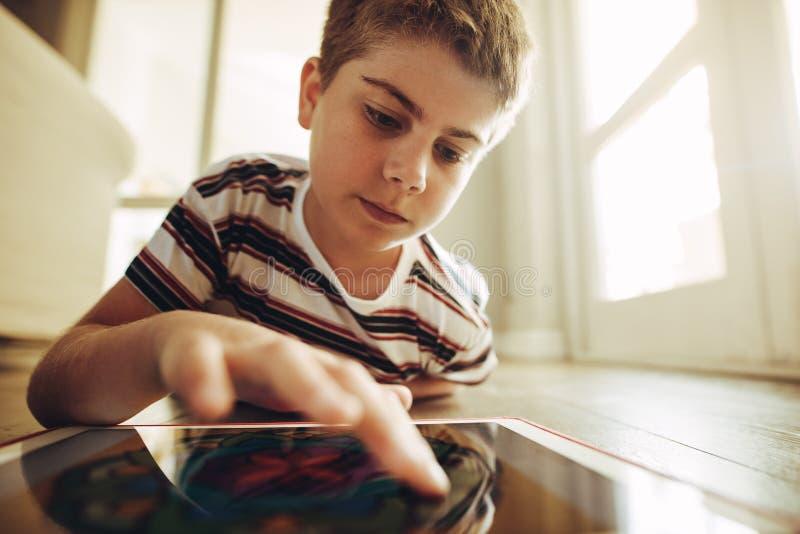Technika doświadczony dzieciak używa pastylka komputer osobistego obrazy royalty free