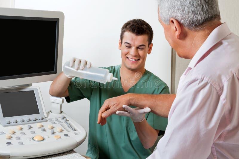 Technika kładzenia Gel Na pacjent ręce zdjęcia stock