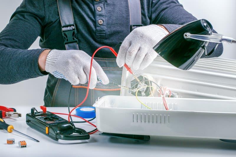 Technika naprawianie, miary elektrycznego nagrzewacza Pojęcie elektryczności remontowy wyposażenie zdjęcie royalty free