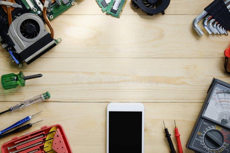 Technika stół, bohatera chodnikowa pojęcie narzędziowy naprawianie na drewno stole zdjęcia stock