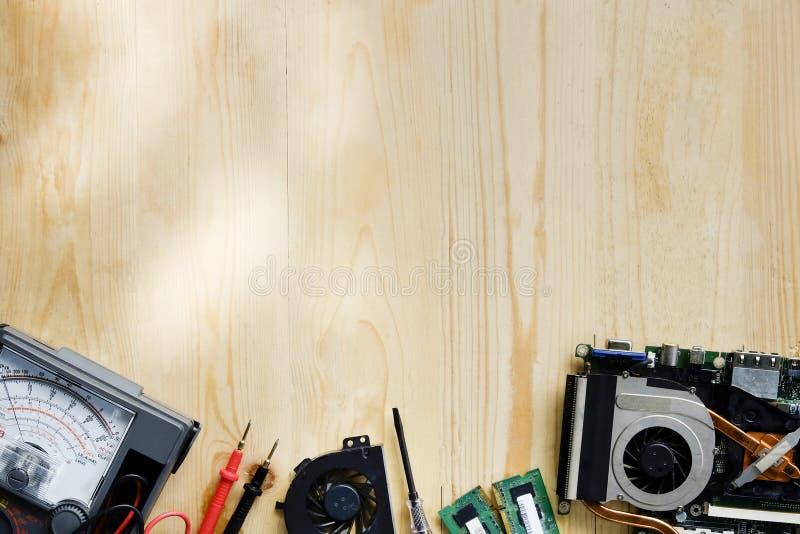 Technika stół, bohatera chodnikowa pojęcie narzędziowy naprawianie na drewno stole fotografia stock