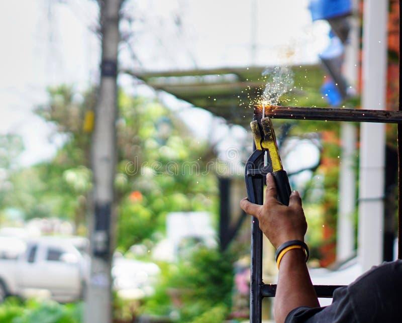 Techniker benutzt Hitzeschweißensstahl stockfotografie